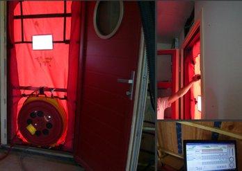 Maison bois : Le test d'étanchéité à l'air (porte soufflante) dans une maison construite par PYRENEES BOIS