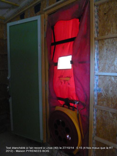 Maison en bois dans les Landes : test de la porte soufflante très performant avec Pyrénées Bois