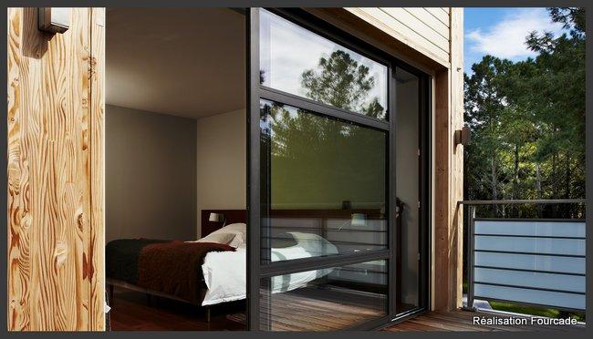 Maison bois grandes baies vitrées et terrasse dans les Landes